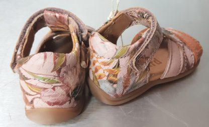 Nu-pied avec contrefort pour premiers pas en cuir effet python rose imprimé fleurs roses. Modèle Cheri avec bout protégé et fermé par 1 bride à velcro de Bisgaard