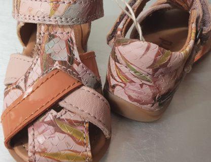 un cuir rose effet python joliment imprimé pour Cheri un nu-pied avec contrefort pour enfant et fermé par 1 bride à velcro. Ce modèle est protégé au bout, il ezst signé Bisgaard