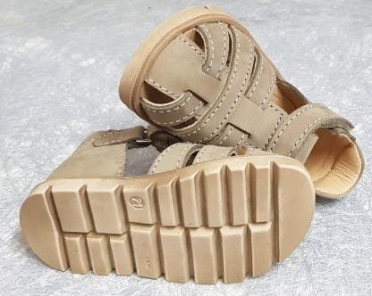 Nu-pied à bout protégé et contrefort en cuir nubuck taupe fermé par 1 velcro, modèle Dark de Bellamy