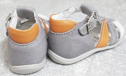 Dave, un nu-pied pour enfant en cuir gris clair et empiècements cuir blanc et orange, modèle Bellamy fermé par 1 bride à boucle