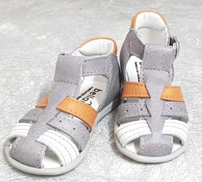 Pour les premiers pas une sandale à bout protégé, doté d'un contrefort avec col matelassé cuir orange. Ce nu-pied est vêtu d'un cuir gris clair et 1 lanières cuir blanc et 1 orange, modèle Dave de Bellamy fermé par 1 bride à boucle
