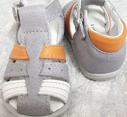 Sandale pour premiers pas en cuir gris clair avec lanières cuir blanc et orange dotée d'un contrefort avec col matelassé cuir orange. Un nu-pied signé Bellamy, modèle Dave