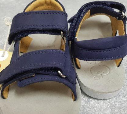 nu-pied enfant Shoo Pom en cuir nubuck marine doté d'une semelle anatomique, d'une lanière élargie au dos fermé par 1 velcro ainsi que d'une bride de maintien sur l'avant du pied, modèle Goa Boy Scratch