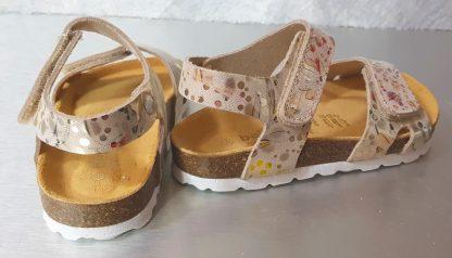 le nu-pied Malibu pour enfant est en cuir beige imprimé métallisé florall, modèle doté d'une semelle anatomique et d'1 bride à velcro sur la cheville et sur l'avant du pied signé Bellamy