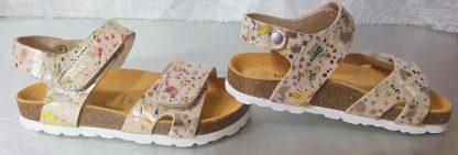 un nu-pied enfant en cuir beige imprimé floral multicolore avec une semelle anatomique, modèle Malibu de Bellamy fermé par 1 bride à velcro sur la cheville et sur l'avant du pied