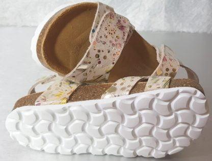 Malibu, un nu-pied enfant en cuir beige imprimé métallisé multicolore avec une semelle anatomique 1 bride à velcro autour de la cheville et sur l'avant du pied