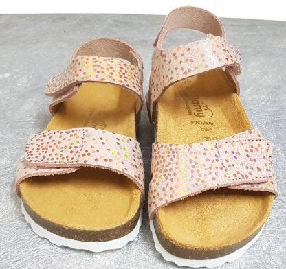 un nu-pied en cuir nubuck saumon décoré de pois métallisé et doté d'une semelle anatomique, cette sandale fabriquée en France par Bellamy se ferme par 2 velcros.