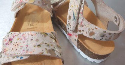 un cuir beige imprimé floral métallisé multicolore pour le nu-pied enfant Malibu de Bellamy, modèle à semelle anatomique et fermé par 2 velcros