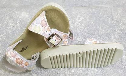 cuir blanc imprimé multicolore, semelle anatomique, bride à velcro et lanière à boucle sur l'avant pour le nu-pied Odyssa de Kickers pour fille