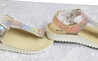Un cuir métallisé imprimé pour la sandale entre-doigts Odysse de Kickers fermée par 1 bride à boucle