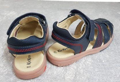 Platinium, un nu-pied fermé pour enfant en cuir marine et surpiqûres rouges, le col est large et matelassé, modèle Kickers fermé par 1 bride à velcro