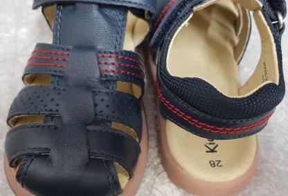 chaussure enfant Kickers, modèle Platinium, nu-pied fermé pour garçon en cuir marine et surpiqûres rouges fermé par 1 bride à velcro