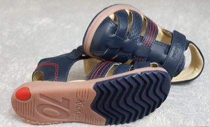 Un nu-pied en cuir marine et liserés rouges pour Platinium de Kickers, une sandale enfant fermé par 1 bride à velcro