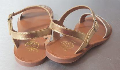 Un mix de cuir métallisé et glitter or pour la sandale Plagette Buckle Tao fermée par 1 bride à boucle