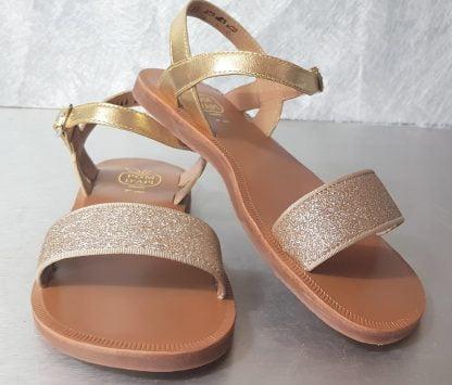 Sandale en cuir métallisé or dotée d'une large sangle glitter or et fermée par 1 bride à boucle, Plagette Buclkle Tao by Pom d'Api