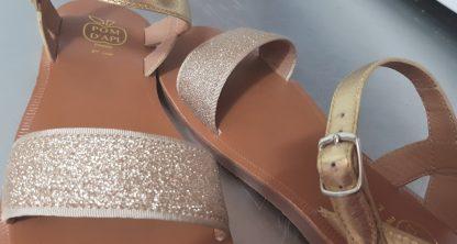 Nu-pied en cuir métallisé or avec sa large bande en glitter or et fermée par 1 bride à boucle de Pom d'Api, la Plagette Buckle Tao