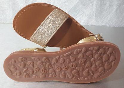 Plagette Buckle Tao, nu-pied Pom d'Api en cuir métaliisé or doté d'une large sangle glitter or et fermé par 1 bride à boucle