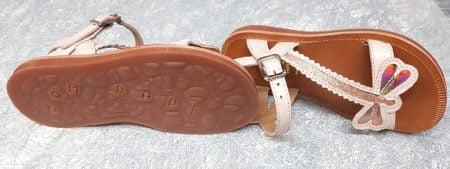 un cuir rose clair doté d'une lanière en forme de libellule en cuir métal cuivre, ce nu-pied Pom d'Api est fermé par 1 boucle