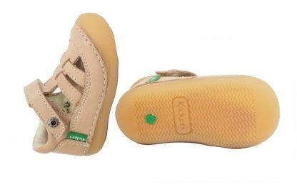 un cuir beige, 1 bride à velcro, des lanières sur le pied et une semelle caoutchouc extra souple débordante sur l'avant pour la chaussure pré marche Suishy de kickers