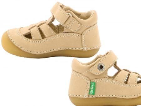 une chaussure bébé extra souple dotée de brides sur le pied et fermée par 1 bride à velcro, modèle Sushy en cuir beige de Kickers