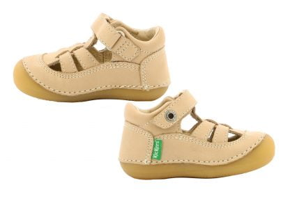 chaussure pré marche en cuir beige, ouverte sur le pied, modèle Sushy de Kickers fermé par 1 velcro, extra souple pour l'apprentissage de la marche