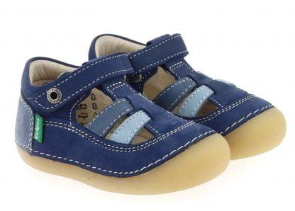 pour vos bébés, une chaussure pré marche en cuir marine, bleu et azur et fermé par 1 velcro, modèle Sushy de kickers doté d'une semelle caoutchouc extra souple