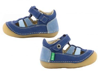 Sushy est une chaussure bébé pré marche en cuir marine, bleu et azur, modèle opuvert sur le pied et fermé par 1 velcro. Sushy est doté d'une semelle caoutchouc extra souple et débordante sur l'avant du pied