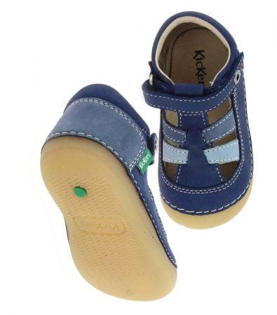 un trio de couleur marine, bleu et azur pour Sushy, une chaussure pré marche pour bébé en cuir, fermée par 1 velcro et doté d'une semelle caoutchouc extra souple et débordante sur l'avant, modèle Kickers