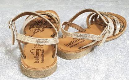 Une sandale signée Bellamy en cuir métal platine dotée de lanières cuir camel, métal platine, or et nubuck léopard. Un nu-pied npour fille fermé par 1 bride à boucle, modèle Trente