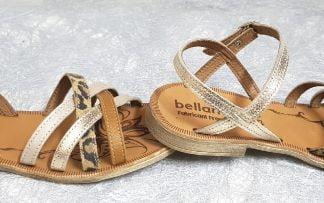 Un cuir platine et un jeu de lanières cuir camel, métal platine, or et nubuck léopard pour le nu-pied enfant Trente de Bellamy fermé par 1 bride à boucle