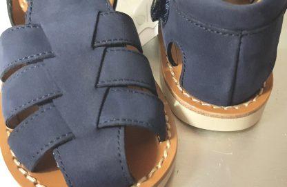 nu-pied à bout protégé pour enfant en cuir nubuck marine, doté de multiples lanières sur le pied et fermé par 1 bride à velcro, modèle Waff Papy de Pom d'Api