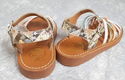 Yapo Lux Bella de Pom d'Api, une sandale cuir platine imprimé dotée de lanières entrecroisées cuir vernis pastel et fermée par 1 bride à boucle