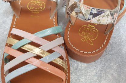 sandale Pom d'Api yYpo lux Bella en cuir platine imprimé avec lanières entrelacées et bride à boucle