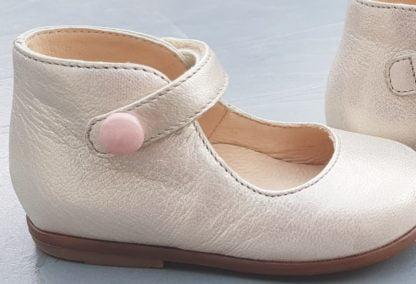 Classique et chic la ballerine Zeus Baby Button est doté d'un contrefort et fermé par 1 bride à velcro sur la cheville. Une chaussure pour premiers pas Clotaire en cuir orion doré