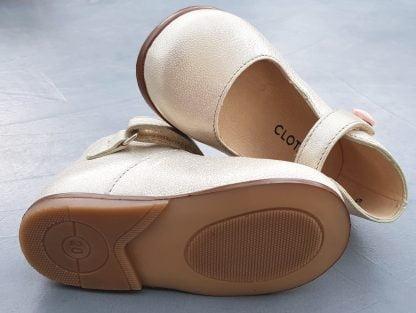 Zeus Baby Button en cuir orion doré pour les premiers pas. Une ballerine Clotaire doté d'un contrefort et fermé par 1 bride à velcro sur la cheville
