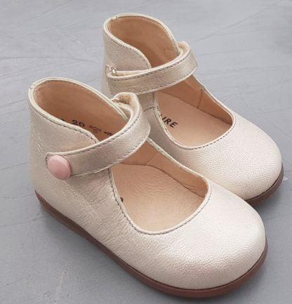 Un cuir orion doré pour la ballerine de Clotaire dotée d'un contrefort et d'une bride à velcro sur la cheville. Modèle Zeus Baby Button pour premiers pas