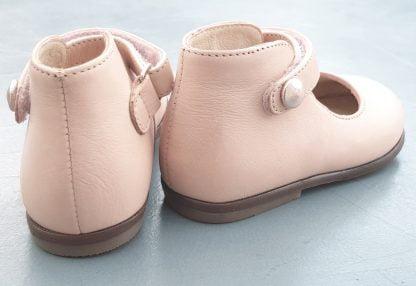 Clotaire présente Zeus Baby Button, une petite ballerine pour les premiers pas. Ce modèle est doté d'un contrefort et fermé par 1 bride à velcro. Une chaussure fille vêtue d'un cuir rose clair.