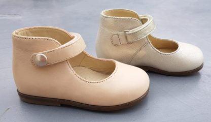 Une babies pour premiers pas en cuir nude ou orion doré pour la Zeus Baby Button. Un modèle pour premiers pas avec contrefort et fermé par 1 bride à velcro et son petit bouton or