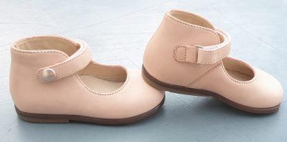 Zeus Baby Button, une ballerine avec contrefort pour premiers pas et fermé sur la cheville par 1 bride à velcro. Un modèle Claire en cuir nude