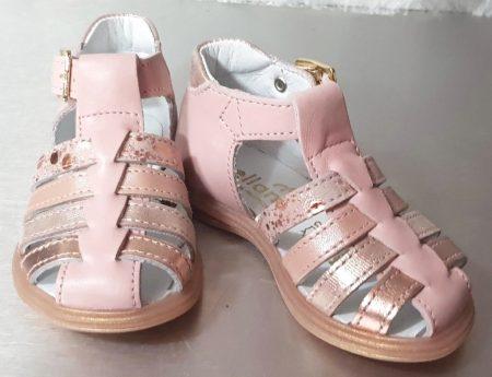 un cuir lisse rose doté de multiples lanières cuir platine, nude, imprimé pour Diddle de Bellamy. Cette sandale premiers pas est fermé par 1 bride à boucle.