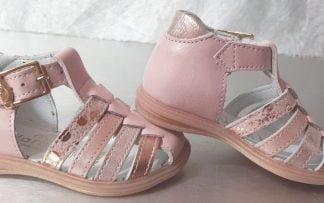 De multiples lanières cuir rose, platine et nubuck imprimé pour le premiers pas Diddle en cuir lisse rose et fermé par 1 bride à boucle, modèle Bellamy