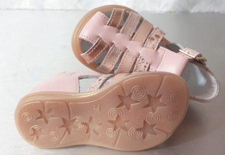 Nu-pied enfant à bout protégé en cuir lisse rose et lanières cuir platine, rose et imprimé. Une sandale pour premiers pas Diddle de Bellamy fermé par 1 bride à boucle
