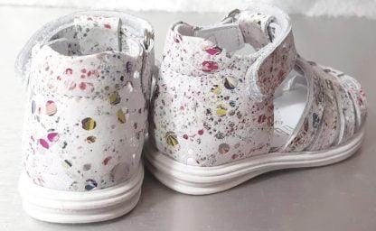 nu-pied pour premiers pas Dora en cuir blanc imprimé fleuri multicolore avec contreefort et fermé par 1 velcro. Une sandale enfant signée Bellamy