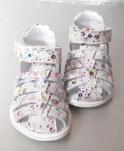 Sandale Bellamy pour enfant en cuir blanc imprimé multicolore. Nu-pied Dora avec contrefort et fermé par 1 velcro