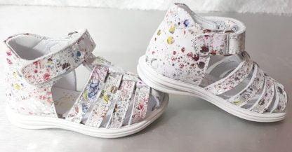 Nu-pied Bellamy pour premiers pas en cuir blanc imprimé multicolore avec contrefort. Modèle Dora fermé par 1 bride à velcro