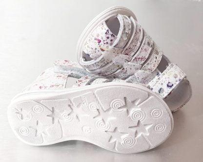 Une petite sandale à bout protégé et contrefort pour premiers en cuir blanc imprimé. Une sandale Bellamy fermée par 1 bride à velcro