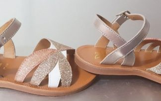 Plagette Reverse, un nu-pied enfant Pom d'Api en cuir métal platine et doté de lanières glitter et 1 cuir blanc, joli modèle fermé par 1 bride à boucle pour fille