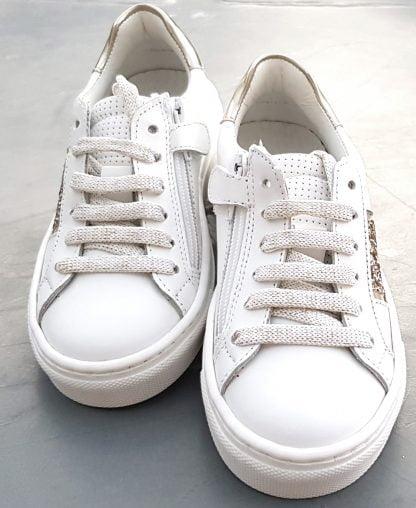 Basket Sol de Nörvik en cuir lisse blanc et empiècements cuir métal or et glitter or. Une chaussure enfant fermée par 1 lacet et 1 zip