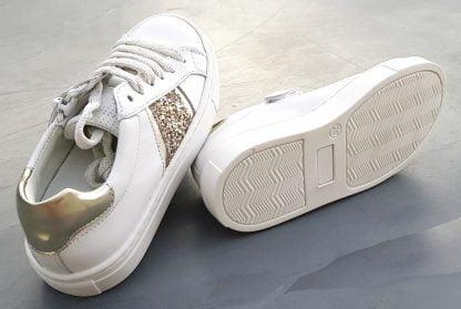 Sol, une basket tige basse en cuir blanc et empiècements cuir métal or, modèle Norvik fermé par 1 lacet et 1 zip