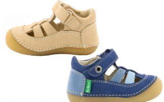 sandale prémarche pour garçons dotée de lanières sur le pied et fermé sur l'avant en cuir beige ou trio de bleus, modèle Sushy de Kickers fermé par 1 bride à velcro